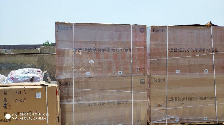 70-дюймовый Redmi TV засняли в коробках, анонс состоится на днях