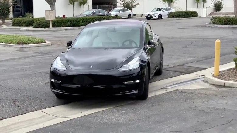 NHTSA изучает аварии на стоянках с участием электромобилей Tesla, ехавших к их владельцам