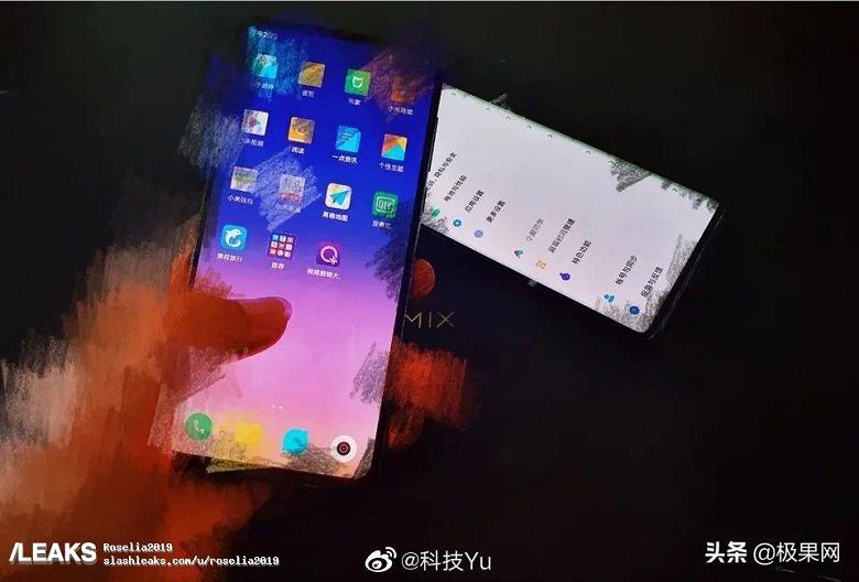 Настоящие смартфоны Xiaomi Mi Mix 4 и Mi Note 10 в рабочем состоянии позируют на совместном фото