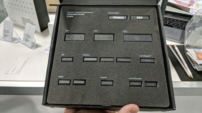 В набор SmartyKit 1 входит все необходимое для сборки ПК Apple I