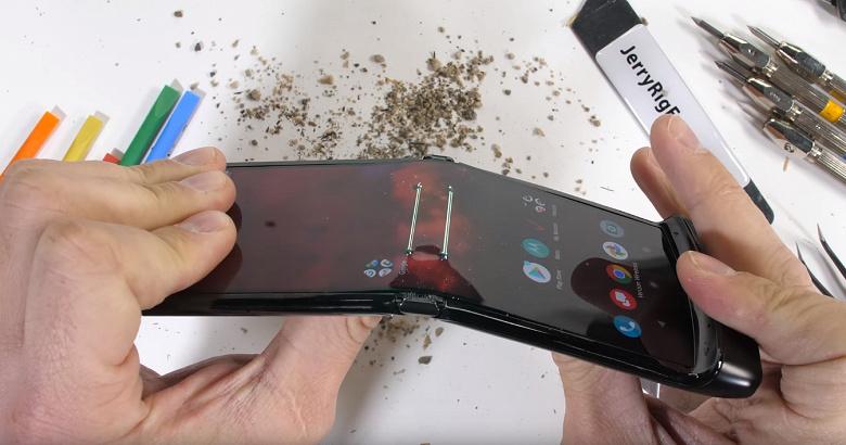 Насколько прочным является новейший Motorola Razr?