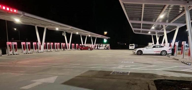 Tesla открыла крупнейшую в мире станцию Supercharger