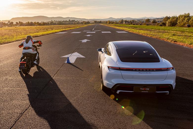 Кто быстрее, электромобиль или электромотоцикл? Porsche Taycan против Harley-Davidson LiveWire на треке