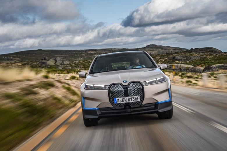 Запас хода более 600 км, разгон до 100 км/ч за 5 секунд и полный привод. Представлен электрический кроссовер BMW iX