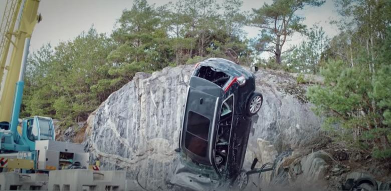 Volvo сбросила с подъёмного крана десять своих новых автомобилей. Всё ради безопасности