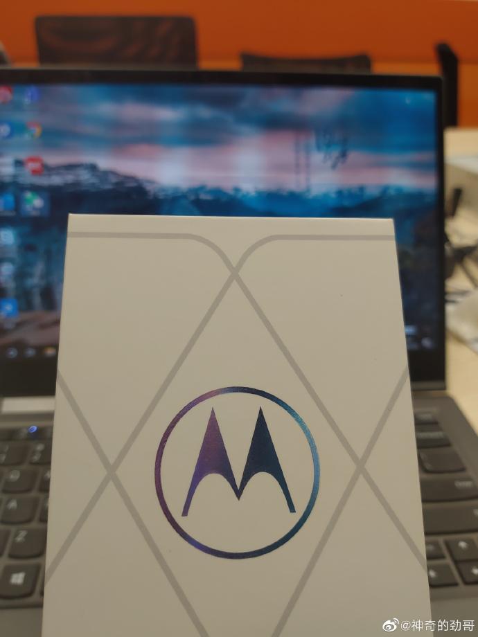 Фотография упаковки флагмана Motorola на базе Snapdragon 888