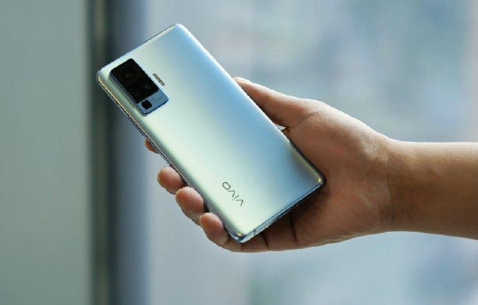 Изящные смартфоны снова в моде. Vivo X50 оказался рекордно тонким 5G-телефоном
