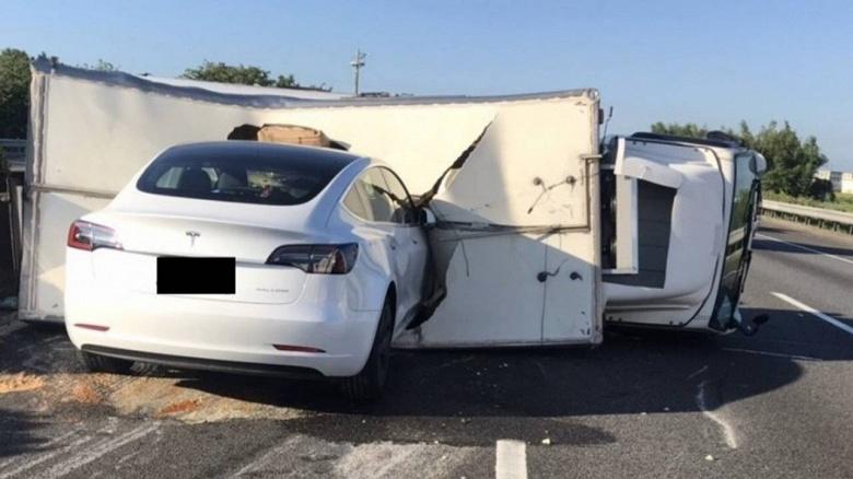 Очередная глупая авария при участии автопилота Tesla. Машина не увидела лежащий на дороге грузовик