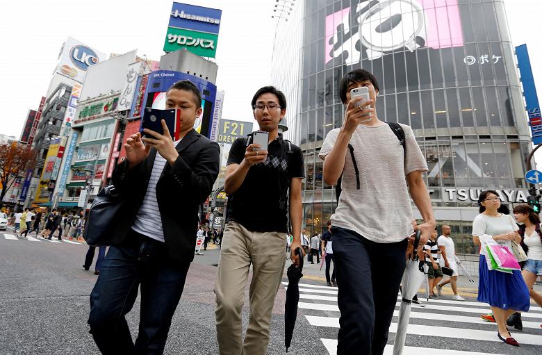 В Японии запретили гулять, уткнувшись в смартфон
