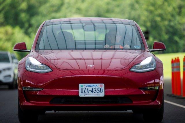 Автопилот Tesla стал «видеть» знаки ограничения скорости и не только