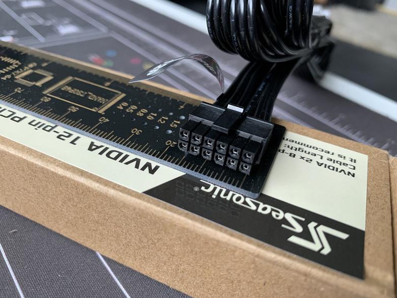 12-контактный разъем Nvidia оказался меньше, чем 8-контактный разъем дополнительного питания PCIe