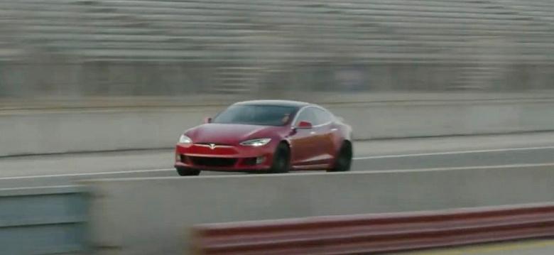 Запас хода 840 км, разгон до 100 км/ч за 2 с, максимальная скорость — 320 км/ч. Анонсирован Tesla Model S Plaid — лифтебк-уничтожитель суперкаров