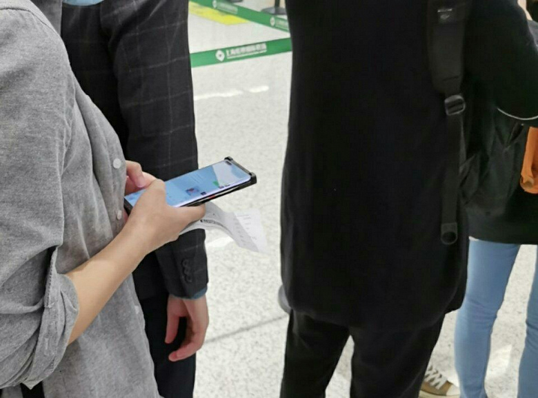 Включённый Huawei Mate 40 Pro засняли в руках пользователя