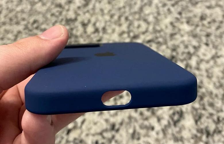 Покупатели iPhone 12 получили бракованные чехлы