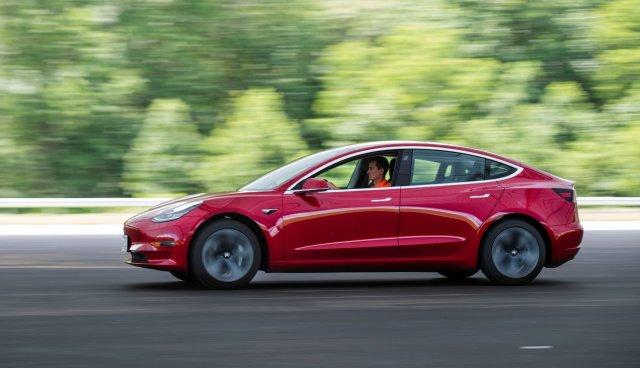 Автопилот Tesla стал удобнее. Проезжать светофоры можно автоматически