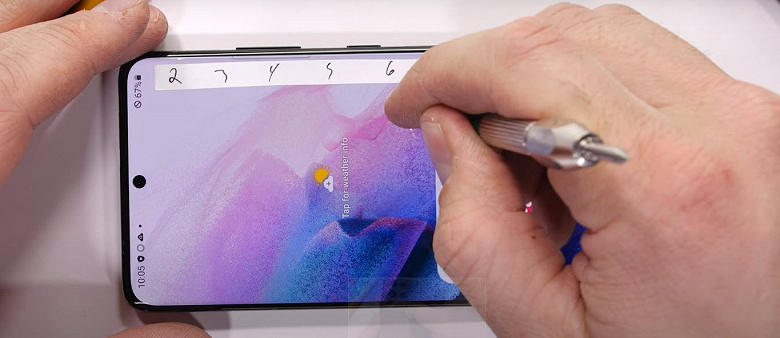 Экран Samsung Galaxy S21 Ultra защищён сразу двумя плёнками поверх Gorilla Glass Victus