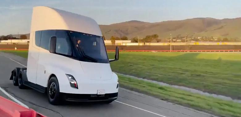 Tesla впервые продемонстрировала электрогрузовик Tesla Semi в движении