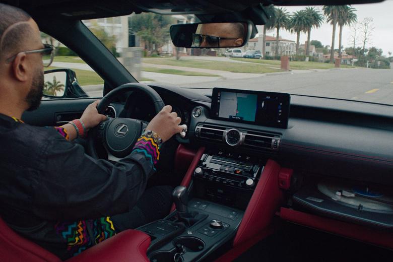 В Lexus установили проигрыватель виниловых пластинок