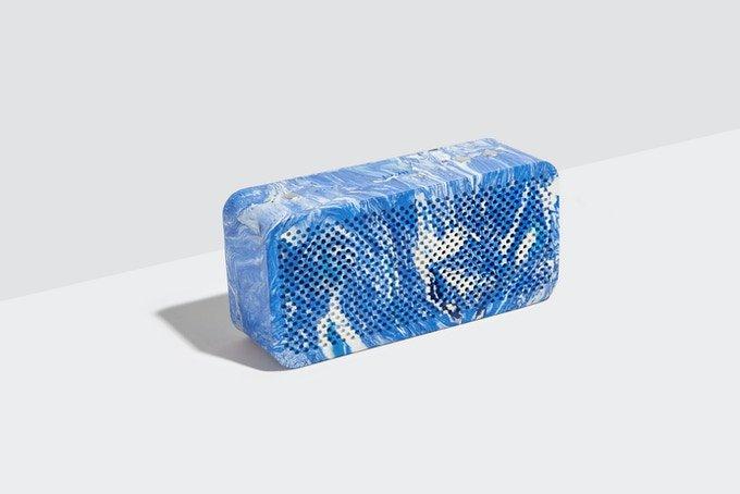 Корпус колонки Gomi изготовлен из полиэтиленовых пакетов, а работает она на старых аккумуляторах из поломанных электрических велосипедов