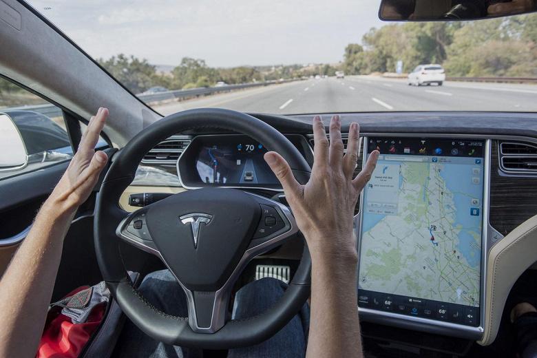 Tesla на автопилоте врезалась в дерево, погибли двое