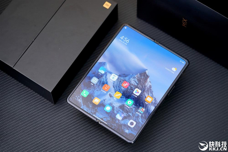 Xiaomi Mix Fold достали из коробки и показали со всех сторон