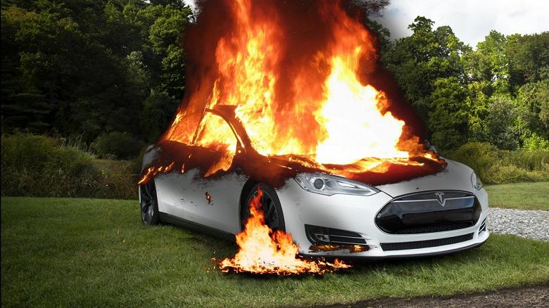 Tesla попала в ДТП и сгорела вместе с водителем