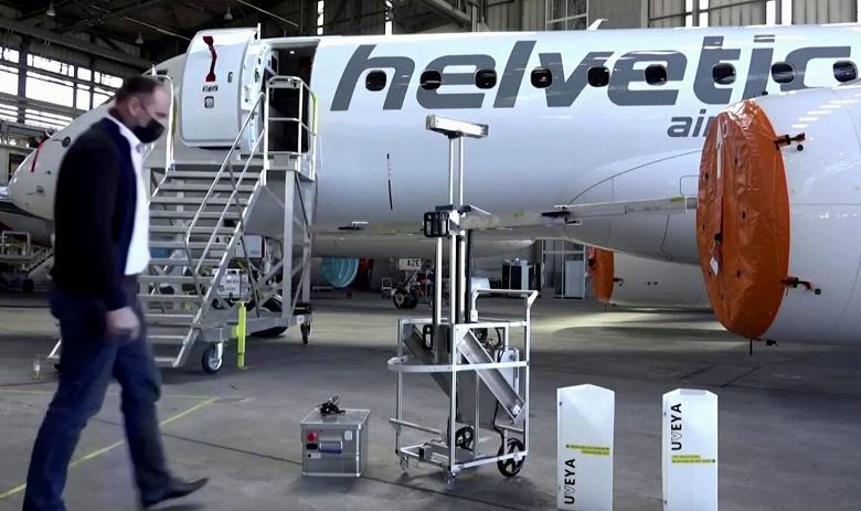 Швейцарские роботы-дезинфекторы проходят тестирование в самолетах компании Helvetic Airways