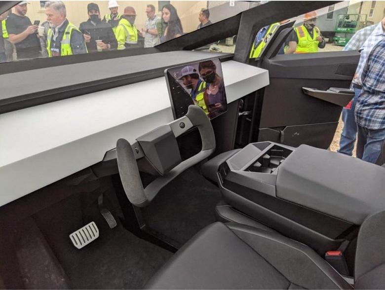 Илон Маск продемонстрировал футуристичный пикап Tesla Cybertruck на заводе в Техасе
