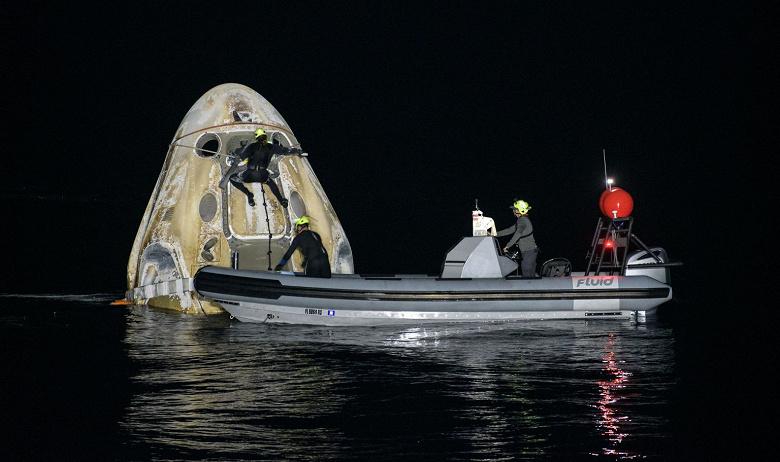 Космический корабль CrewDragon успешно вернулся на Землю, и это стало первым за полстолетия ночным приводнением американского экипажа