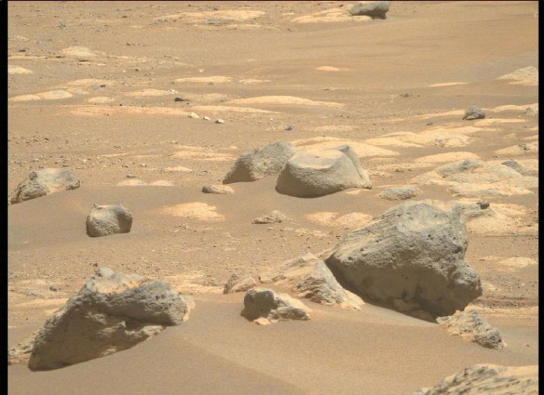 Песок и сине-зеленые камни. NASA опубликовала новую серию снимков марсианской пустыни