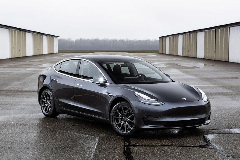 Автопилот Tesla сошёл с ума из-за грузовика со светофорами