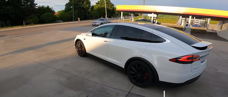 Максимальную скорость самого быстрого в мире кроссовера Tesla Model X P100D Performance проверили на немецком автобане