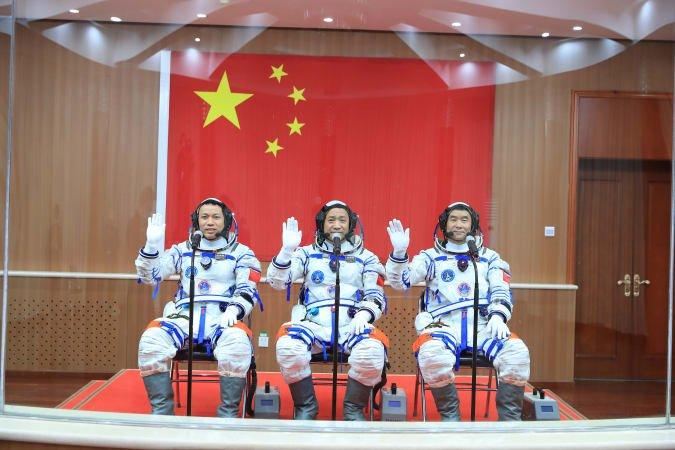 Китай успешно запустил первый пилотируемый корабль к своей космической станции