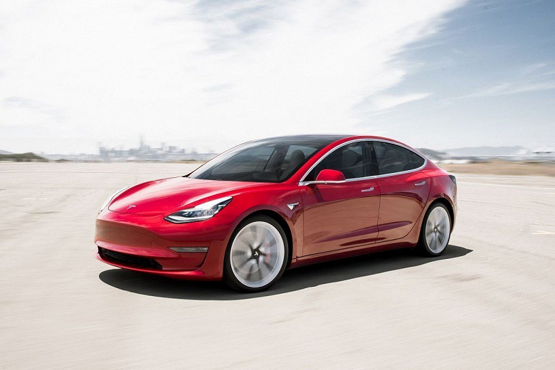 Tesla Model 3 on autopilot took off from the road and crashed into a tree