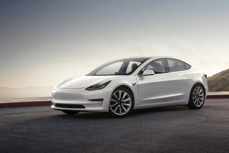 Tesla пробирается по затопленному шоссе: видео из салона авто