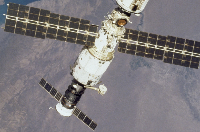 В переходной камере модуля МКС «Звезда» давление за две недели упало в три раза
