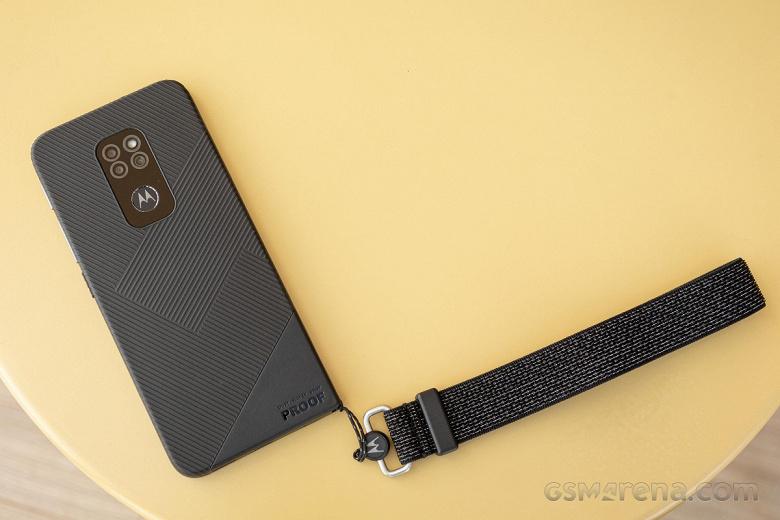 Неубиваемый смартфон Motorola Defy с IP68 и Gorilla Glass Victus показали на живых фото