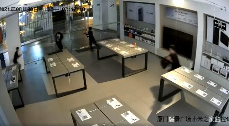 Подростки ограбили магазин Xiaomi менее, чем за 30 секунд
