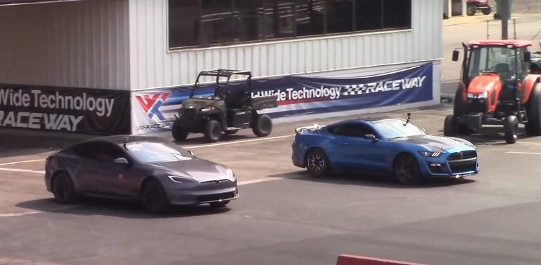 Самый быстрый серийный автомобиль в истории, Tesla Model S Plaid, уступил в двух подряд заездах Ford Mustang Shelby GT500