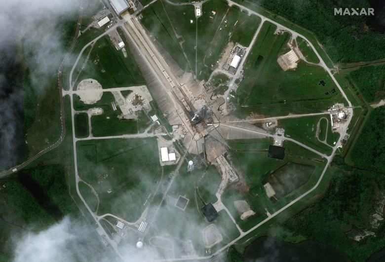 Спутник заснял гигантскую ракету SpaceX Falcon 9 с кораблём Dragon из космоса перед запуском
