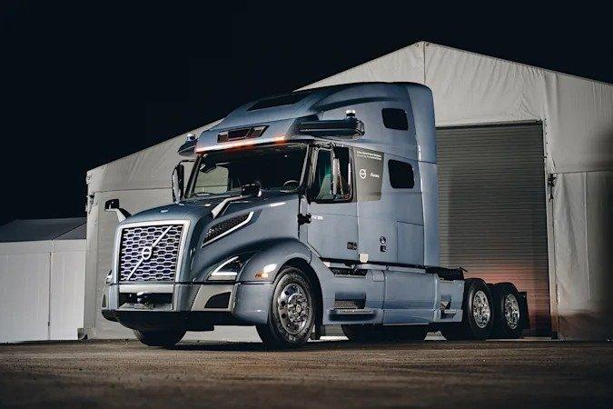 Представлен прототип беспилотного грузовика Volvo для дальних перевозок