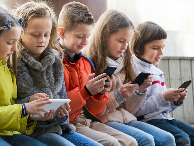 «Мы сами приучаем детей проводить свободное время перед экраном»: каждый четвёртый ребёнок проводит «в гаджетах» всё своё свободное время