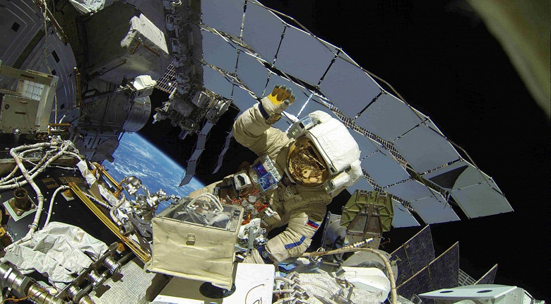 An alarm has been triggered in the Russian ISS module.  Roscosmos told what happened