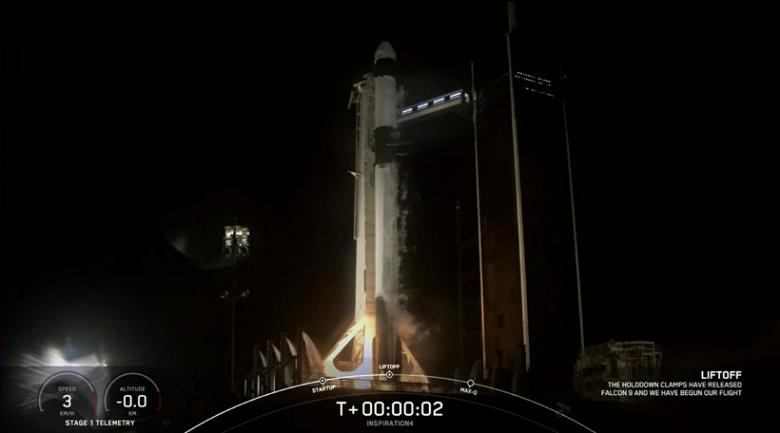 «Еще один шаг к будущему, в котором космос будет доступен всем нам». Джефф Безос поздравил Илона Маска с историческим полетом SpaceX