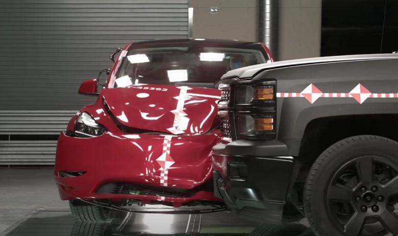 Пикап крушит Tesla Model Y в «первом в мире» краш-тесте подобного рода. Tesla рассказала и показала, как улучшает безопасность своих машин
