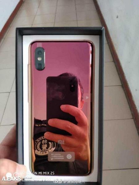 Фото дня: настоящий смартфон Xiaomi Mi 8 Screen Fingerprint достают из коробки