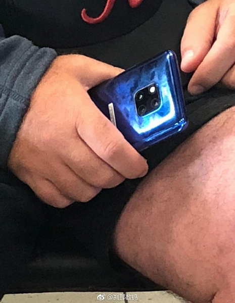 Синий смартфон Huawei Mate 20 Pro сумели сфотографировать в метро