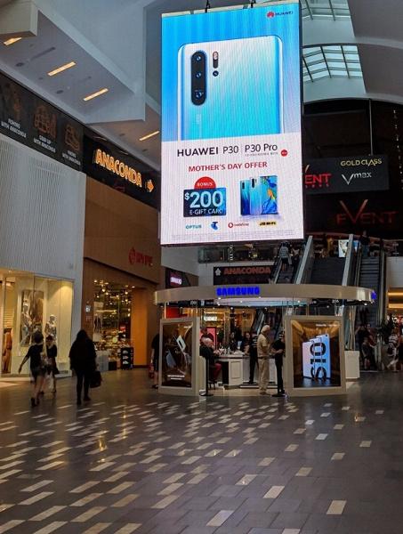 «Флагманский» троллинг. Huawei повесила огромный рекламный плакат прямо над фирменной точкой продаж Samsung