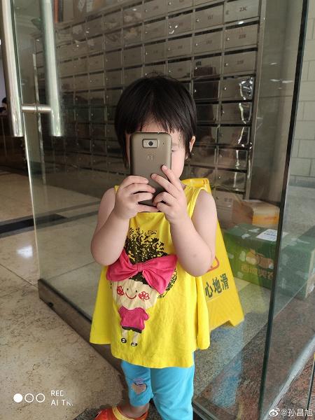 Восемь лет спустя ещё работает. Топ-менеджер Xiaomi сфотографировал на флагманский Redmi K20 Pro самый первый смартфон компании
