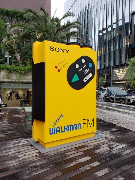 Фото дня: 230 различных плееров Sony Walkman на одной стене в честь 40-летия культовой модели TPS-L2